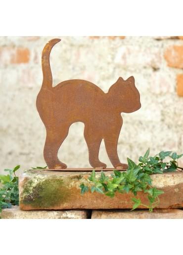 Kleine rostige Katze krümmend