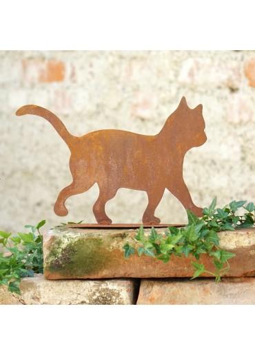 Kleine rostige Katze gehend